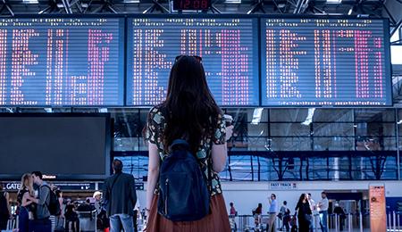 Person betritt den Flughafen