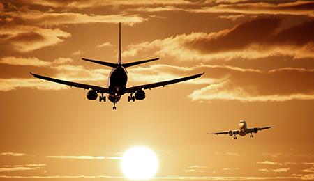 Flugzeug fliegt in richtung Sonnenuntergang