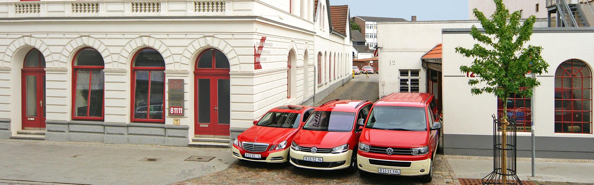 ACHT-ELF-ELF Das Taxi GmbH - Drei Fahrzeuge vor der Zentrale
